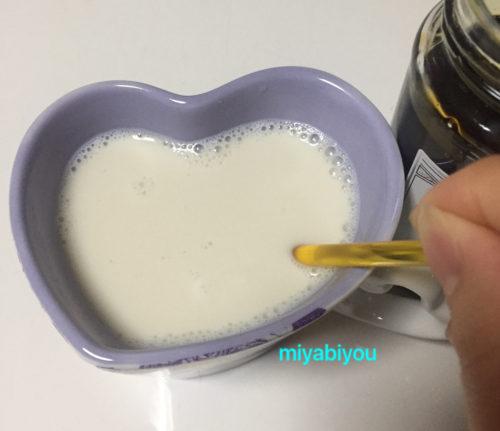 キャンディスを入れたホットミルク